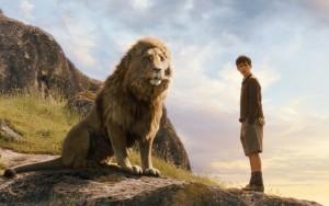 """Царят на Нарния, Аслан, и момчето Едмънд (из """"Хрониките на Нарния"""", http://j.mp/1qpIKOA)."""
