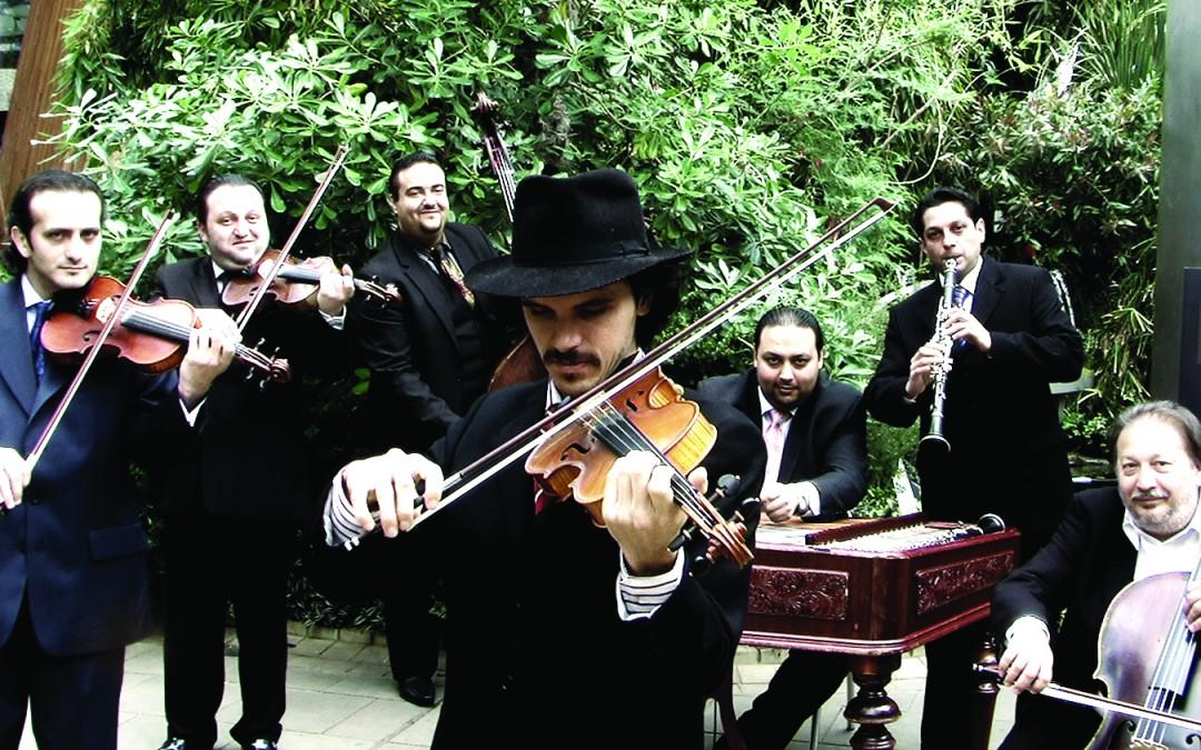 Будапещенския цигански оркестър на Ча Лимбергер (http://www.tchalimberger.com/projects/budapest-gypsy-orchestra/).