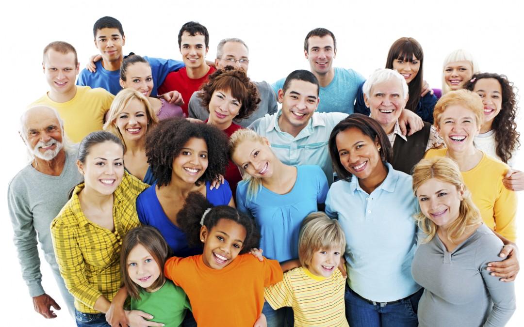 Снимка на голяма група от хора на различни възрасти, които са се прегърнали и се усмихват.