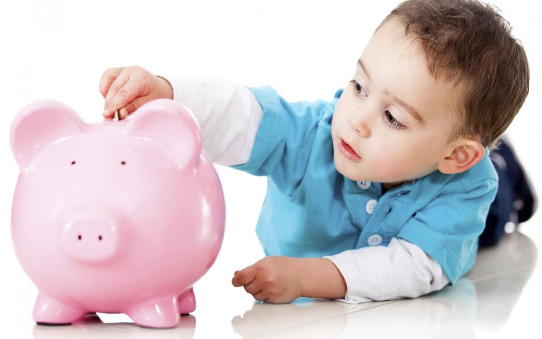 Момченце спестява пари.